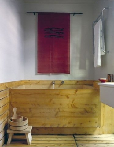 hinoki-tub-with-red-mural